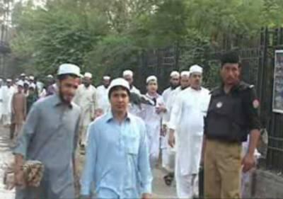 ملک میں ایک بار پھر دو عیدوں کی روایت برقرار ۔ پشاور میں مسجد قاسم خان کے اعلان کے بعد خیبر پی کےاور فاٹا کے بیشتر اضلاع میں آج عید الفطر منائی جارہی ہے۔