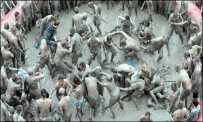 کوریا میں مٹی میں کھیلنے کا تہوار سینکڑوں افراد کی شرکت