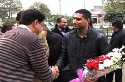 پاکستانی نژاد برطانوی باکسر عامر خان بیٹی اور اہلیہ کے ہمراہ پاکستان پہنچ گئے
