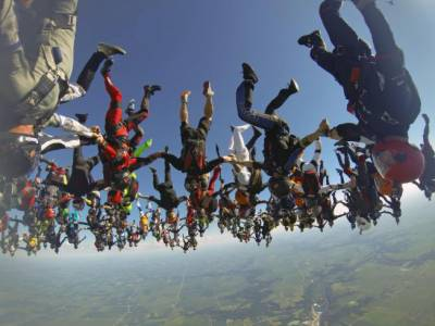 امریکہ میں 164 سکائی ڈائیورز کا بیس ہزار فٹ بلندی سے چھلانگ کا مظاہرہ