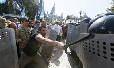 کیف میں پارلیمنٹ کے سامنے ہونے والا احتجاج پُرتشدد مظاہرے میں تبدیل ہوگیا