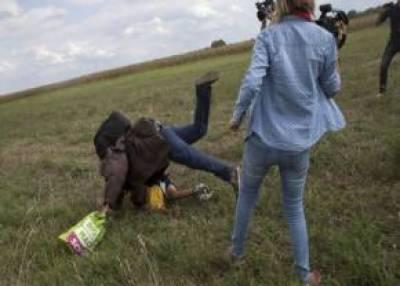 ہنگری کی خاتون صحافی کو تارکین وطن افراد سے بدتمیزی مہنگی پڑ گئی