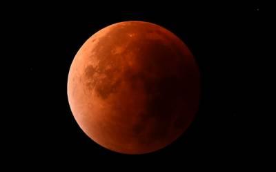 پیر اور اتوار کی درمیانی شب کو مکمل چاند گرہن ہوا. اس چاند کو 'سپر مون' کہتے ہیں۔