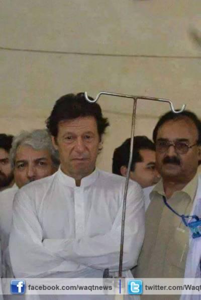 عمران خان نے لیڈی ریڈنگ اسپتال کا دورہ کیا اور زلزلہ متاثرین کی عیادت کی