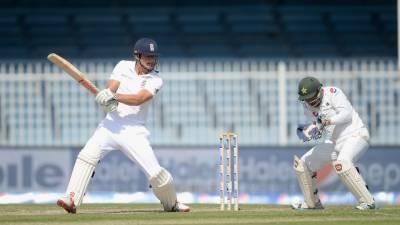 شارجہ ٹیسٹ ، دوسرے دن کا کھیل ختم ، انگلینڈ نے 4 وکٹوں کے نقصان پر 222 رنز بنا لیے