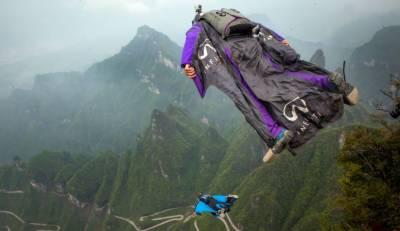 چین میں ونگ سوٹ فلائنگ کا زبردست مقابلہ ,جانبازوں کی 2800میٹر کی بلندی سے چھلانگ