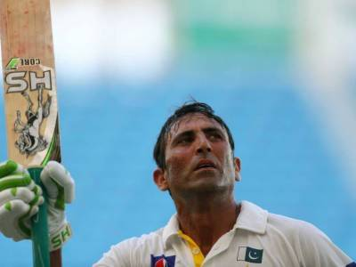 Warm Welcome For Younis Khan After Reaching Karachi Airport