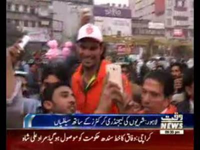 Wasim Akram,Irfan And Dawn Jones Selfies in Public For Promotion