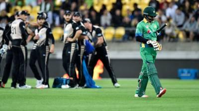 تیسرے اور فیصلہ کن ٹی ٹونٹی میچ میں نیوزی لینڈ نے پہلے پاکستانی باؤلرز کی خوب دھلائی کی اور پھر پاکستانی بلے بازوں کو گیند نہیں دکھائی دی