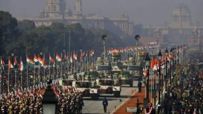 بھارت کے یوم جمہوریہ پر نئی دہلی کے جنپتھ پریڈ گراؤنڈ میں بھارتی اسلحے کی نمائش کی گئی