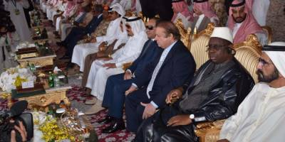 وزیراعظم میاں نوازشریف اور آرمی چیف جنرل راحیل شریف نے سعودی عرب میں فوجی مشقوں نارتھ تھنڈر کے اختتام کے بعد اسلامی ممالک کے دستوں کی پریڈ دیکھی
