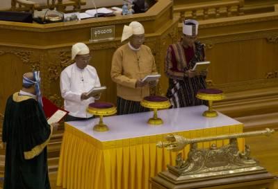 پچاس سال سے زائد عرصے کے بعد میانمارکے پہلے منتخب سویلین صدر ہیٹن کیاو نے اپنے عہدے کا حلف اٹھا لیا