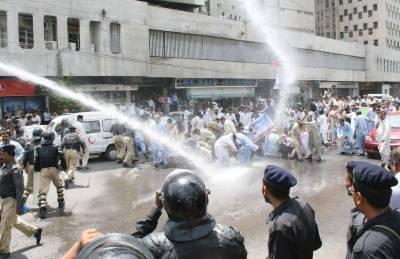 شہرقائد , مطالبات کےحق میں مظاہرہ کرنےوالے اساتذہ پرپولیس کا لاٹھی چارج اور واٹرکینن کا استعمال ,کئی مظاہرین زخمی اور متعدد گرفتار
