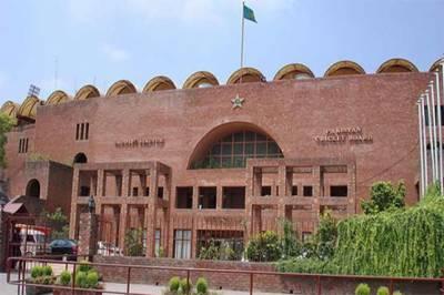 پاکستان کرکٹرز کی مایوس کن کارکردگی سے دلبرداشتہ شائقین کرکٹ کا پی سی بی کے سامنے شدید احتجاج