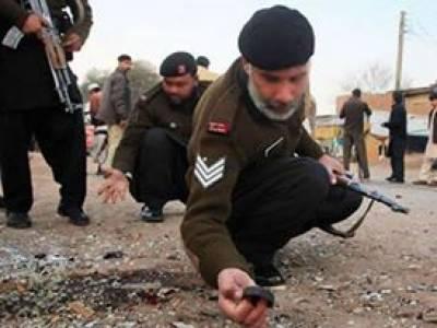 peshawarمیں یکےبعد دیگرے2بم دھماکوں میں ایک پولیس اہلکار شہید جبکہ5پولیس اہلکاروں سمیت متعددزخمی ہوگئے