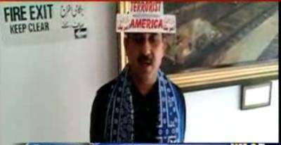 جمشید دستی انوکھا احتجاج کرتے ہوئے امریکہ مخالف درج نعروں والی ٹوپی پہن کر پارلیمنٹ کے مشترکہ اجلاس میں شرکت کے لیے ایوان میں آگئے
