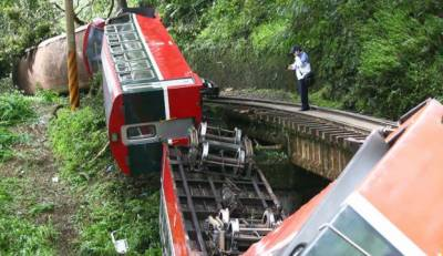 تائیوان میں مسافر ٹرین پٹڑی سے اتر گئی حادثے میں 2 افراد زخمی ہو گئے