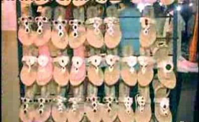 عید قریب آتے ہی فیصل آباد میں خواتین نے کپڑوں کے ساتھ میچنگ جوتوں کی خریداری کے لیے مارکیٹوں کا رخ کرلیا