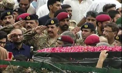 پاکستان کی فلاحی تنظیم ایدھی فاؤنڈیشن کےبانی عبدالستارایدھی کو کراچی کے نیشنل سٹیڈیم میں نمازجنازہ کی ادائیگی کے بعد قومی اعزازکےساتھ سپردخاک کردیا گیا