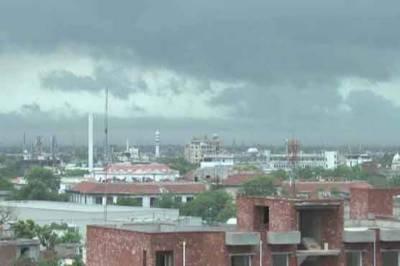 لاہور کے مختلف علاقوں میں رات گئے ہونے والی موسلادھار بارش سے موسم سہانا ہو گیا