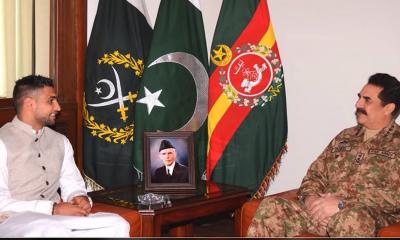 آرمی چیف جنرل راحیل شریف سے پاکستانی نژاد برطانوی باکسر عامر خان نے ملاقات کی