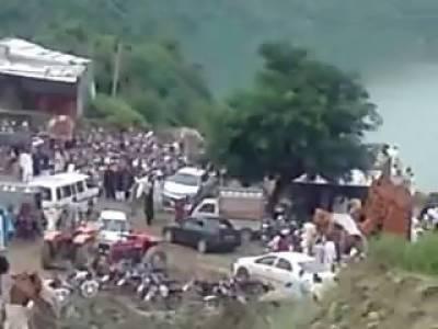 آزاد کشمیر میں ڈڈیال سے میرپور آنے والی مسافر بس کھائی میں گر گئی