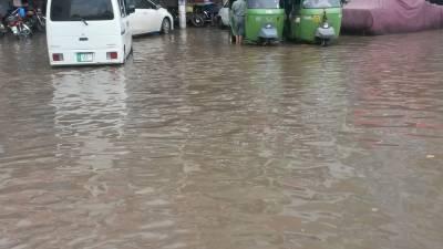 لاہور میں ڈیڑھ گھنٹے ہونے والی موسلادھار بارش نے پنجاب حکومت کے شہر کو پیرس بنانے کے دعوؤں کی قلعی کھول دی