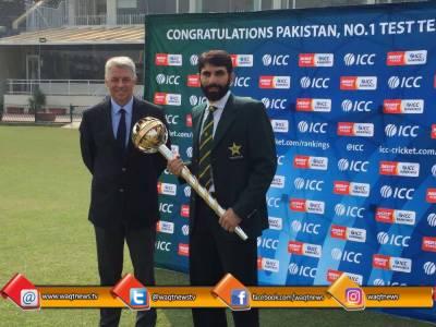 ٹیسٹ کرکٹ میں بہترین پرفارمنس اور پاکستان کو نمبر ون ٹیم بنانے کے اعتراف میں کپتان مصباح الحق کو خصوصی اعزاز گرز سے نوازا گیا
