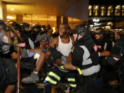 امریکی ریاست شمالی کیرولینا میں پولیس کے ہاتھوں سیاہ فام شہری کی ہلاکت کے بعد پرتشدد مظاہروں کا سلسلہ دوسرے روز بھی جاری