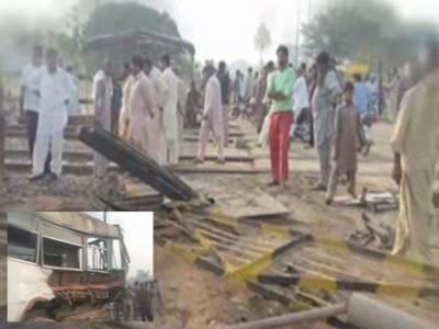 پتوکی: لنڈا پھاٹک کھلا ہونے کے باعث مسافر بس ٹرین سے ٹکرا گئی، 4 افراد جاں بحق، 20زخمی