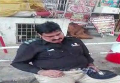 لاہور میں امام بارگاہ کی سکیورٹی پر مامور پولیس اہلکار نیند کے مزے لوٹنے میں مصروف