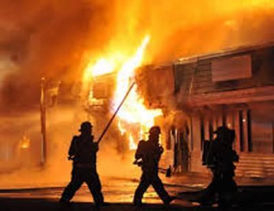 ملتان:LPG فلنگ کی دوکان میں آگ بھڑک اٹھی، فائر بریگیڈ نے1گھنٹے کی جدوجہد کے بعد آگ پر قابو پا لیا۔