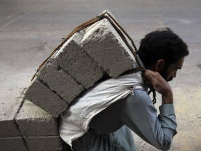 لاہور میں ایک آنکھ سے معذور محنت کش میں اپنی اولاد کو تعلیم دلوانے کا جذبہ قابل دید ہے،
