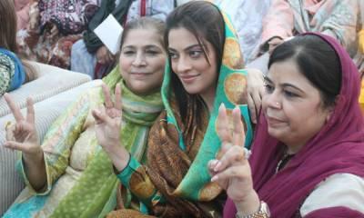 کراچی میں پیپلزپارٹی کی سلام شہداء ریلی کیلئے مرد کارکنوں کے ساتھ ساتھ خواتین کارکنان بھی پر جوش