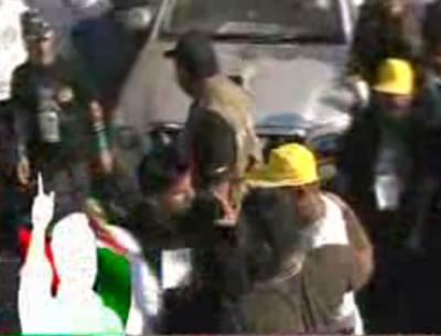 کراچی: پیپلز پارٹی کی ریلی کے دوران جیالے آپے سے باہر ہوگئے، کارکنوں کا وقت نیوز کی ٹیم پر تشدد۔