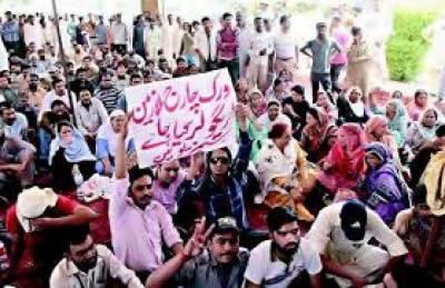 اسلام آباد میں وفاقی نظامت تعلیمات کے ڈیلی ویجز ملازین نے تنخواہوں کی عدم ادائیگی اور مستقل نہ کیے پر احتجاجی مظاہرہ کیا