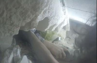 حلب میں بمباری کے دوران عمارت میں پھنسے نوجوان کی ویڈیو سامنے آ گئی
