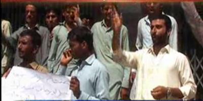 میرپورخاص پولیس میں بھرتیوں کے لئے آئی بی اے ٹیسٹ پاس کرنے والے امیدواران نے آفر لیٹر نہ ملنے کے خلاف پریس کلب کے سامنے احتجاجی مظاہرہ کیا۔