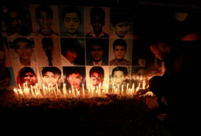 سانحہ کارساز کے شہدا کو خراج عقیدت پیش کرنے کیلئے شاہراہ فیصل پر قائم یادگار شہدا پر قرآن خوانی کی گئی