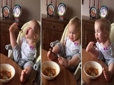 پیدائشی طور پر دونوں بازوؤں سے محروم ننھی بچی اپنے پاؤں سے کھانا کھاتی ہے