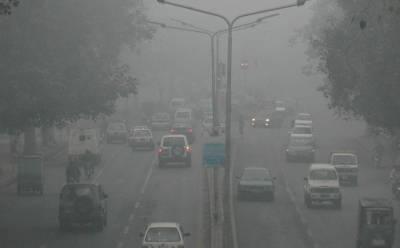 لاہورمیں دو روز سے پھیلی سموگ سے شہری آنکھوں میں جلن اور گلے کی تکلیف جیسی بیماریوں میں مبتلا