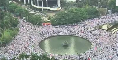 انڈونیشیا کے دارالحکومت جکارتہ میں ہزاروں مسلمان شہر کے گورنر کے خلاف سڑکوں پر نکل آئے