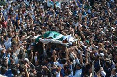 بھارتی بربریت کی انتہا' پاکستانی پرچم میں لڑکے کشمیری بچے کے جنازے پر دھاوا بول دیا