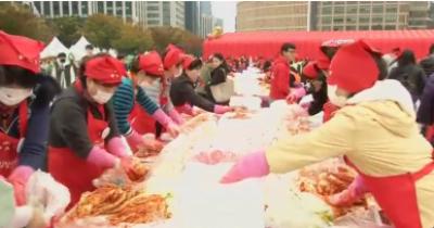 ہزاروں لوگ صدقہ کے لئے کمچی بنانے کے لئے سیول میں جمع