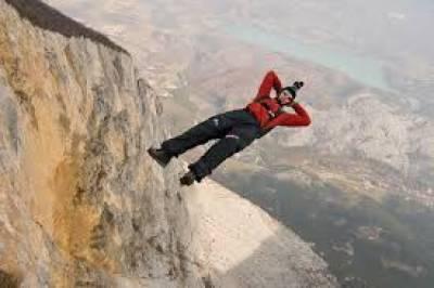 اٹلی: 20 ہزار میٹر کی بلندی سے بیس جمپنگ کا شاندار مظاہرہ