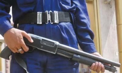 کراچی کے علاقے حسین آباد میں نجی بینک کے سیکیورٹی گارڈ نے خود کو گولی مارکرخودکشی کرلی
