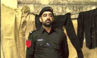 جھاڑ کیوں پلائی، لاہور میں پولیس افسر کے ناروا سلوک اورمعطل کیے جانے پر دلبرداشتہ پولیس ہیڈ کانسٹیبل کا انوکھا احتجاج