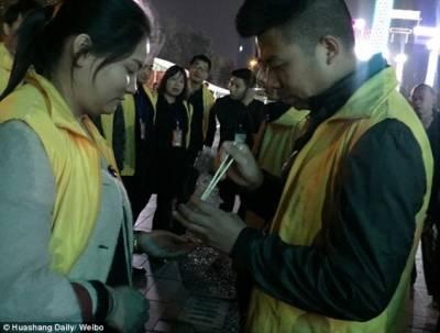 چین :ٹارگٹ پورانہ کرنے پر ملازمین کو زندہ کیڑے کھانے کی سزا