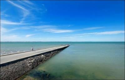 ایک حیران کن چیز فرانس کی ایک سڑک ہے جو سمندر کے کنارے پر ہے اور یہ دن میں 2مرتبہ کئی فٹ پانی میں ڈوب جاتی ہے