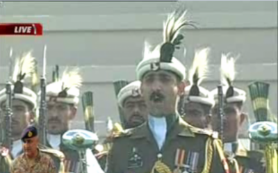 کمان تبدیلی کی تقریب کے آغاز پر پاک فوج کے بینڈ نے علاقائی اور قومی نغموں کی دھنیں پیش کیں